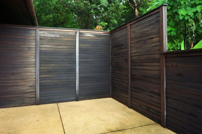 Gorgeous Black Wooden Fence Design Ideas For Frontyards 36
