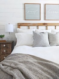 Enchanting Farmhouse Bedroom Ideas For Your House Design 12