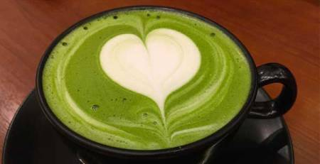 tazza tè verde schiuma bianca forma cuore