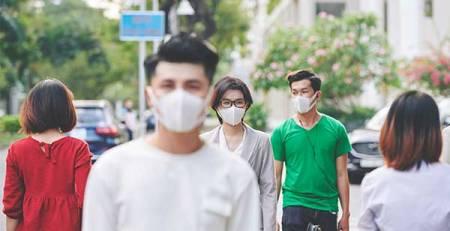 persone passeggiano mascherina