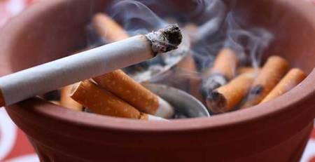sigaretta accesa ceneriera sigarette spente