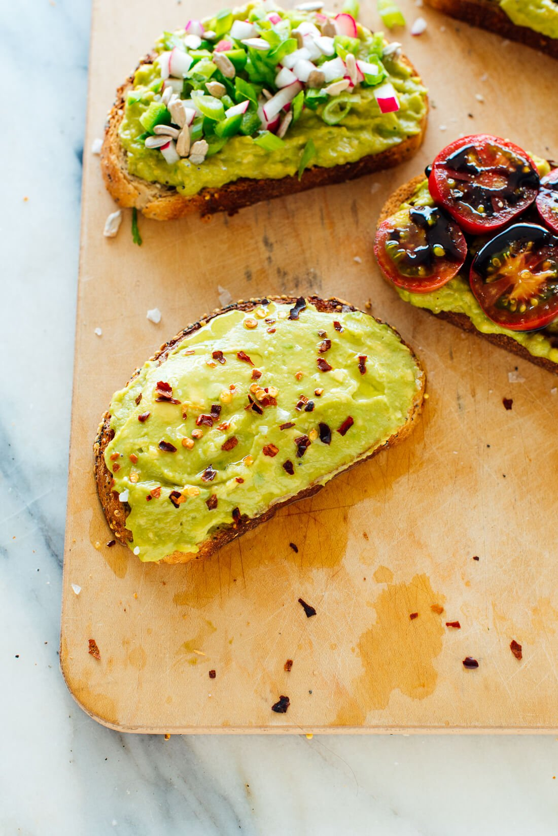 Avocado toast with bell pepper flakes, lemon juice and olive oil