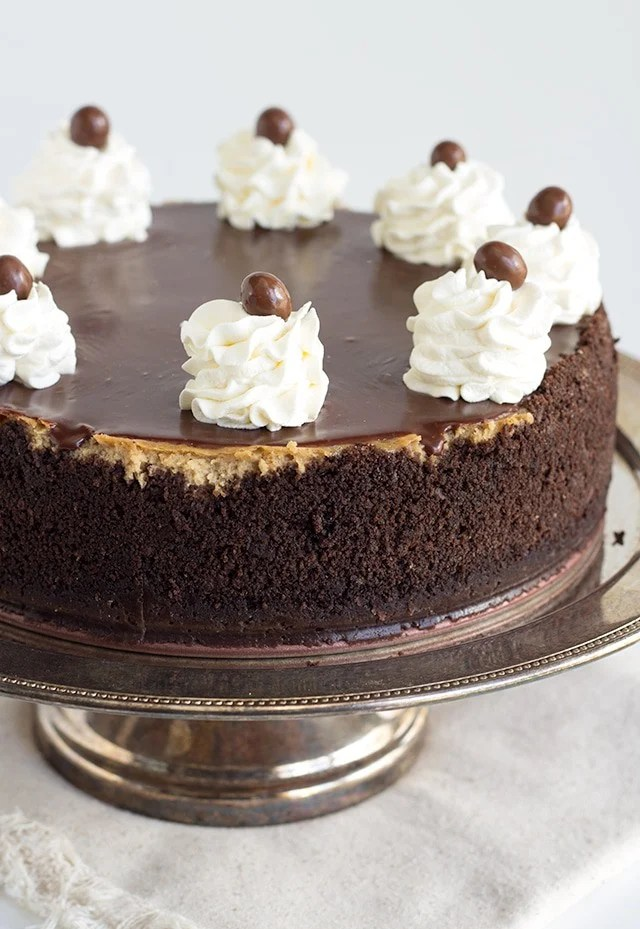 photo of the whole mocha cheesecake with a off-white linen