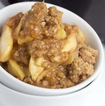 Slow Cooker Apple Peanut Butter Crisp - an easy Fall dessert done in the slow cooker! The apples are coated in a sweet peanut butter filling and topped with the perfect peanut butter crumble.