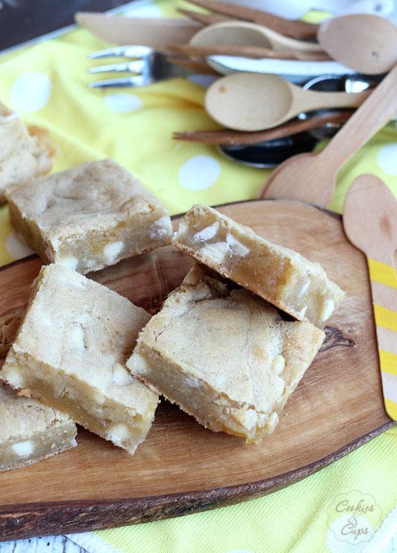 White Chocolate Lemon Blondies | www.cookiesandcups.com | #blondies #whitechocolate #lemon
