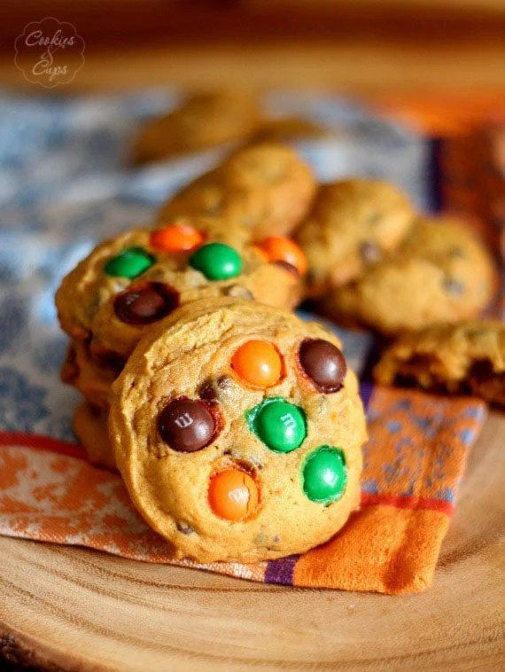 Pumpkin Chocolate Chip Cookies | www.cookiesandcups.com