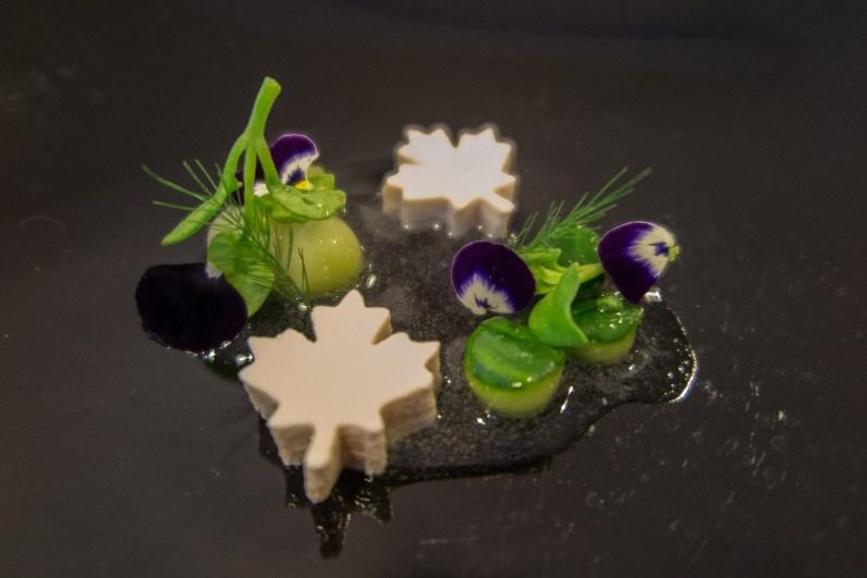 Ceviche vom Seidentofu, Gurke, Melone, Borage Cress (Gurkenkraut), Blue Ocean Blüte