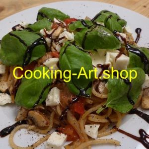 Mozzarella mit Tomate auf Pasta, groß