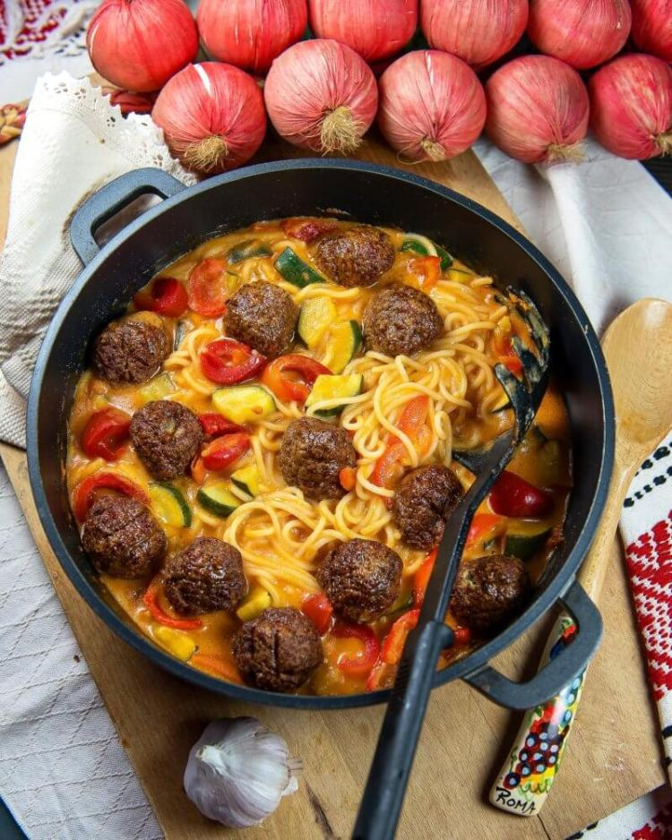 Chicken meatballs spaghetti with zucchini and red pepper recipe on Cooking Romania by Vivi