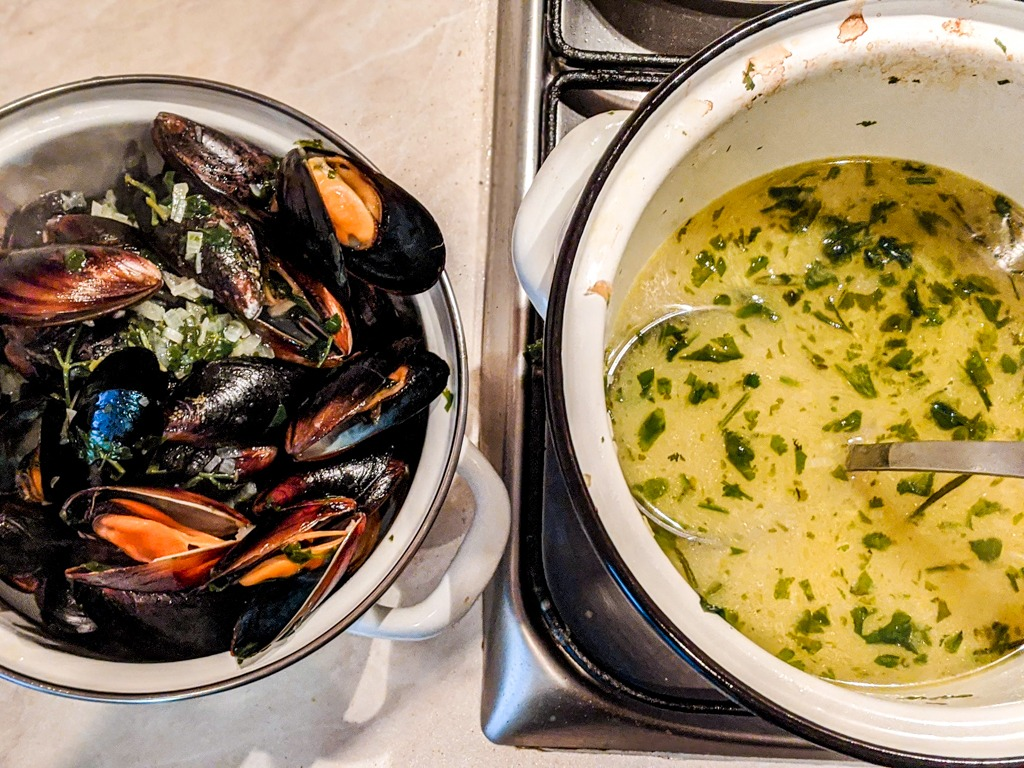 Removing the mussels from the sauce to make the roquefort sauce