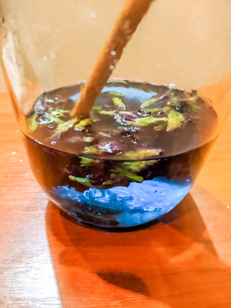 blue color after 2 minutes of steeping