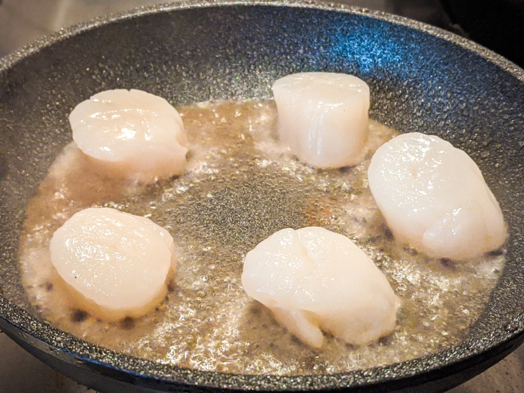 Searing scallops in very hot oil