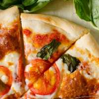 Nothing beats the simplicity of fresh tomato, basil and cheesy mozzarella that makes up this stunning Pizza Margherita!