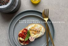 ساندوتش البيض والطماطم المجفف  *المقادير والطريقة: -شريحة خبز يُدهن جزء منها بال