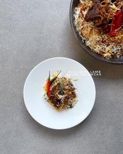 أرز باللحم  *المقادير والطريقة: -في قدر الضغط: القليل من الزيت+ بهارات صحيحة (قر