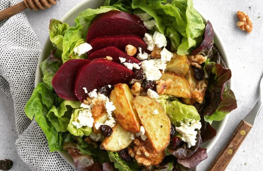 Wintersalat mit Kartoffel Wedges und Roten Rüben