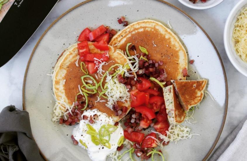 Pikante Pancakes mit Speck und Käse