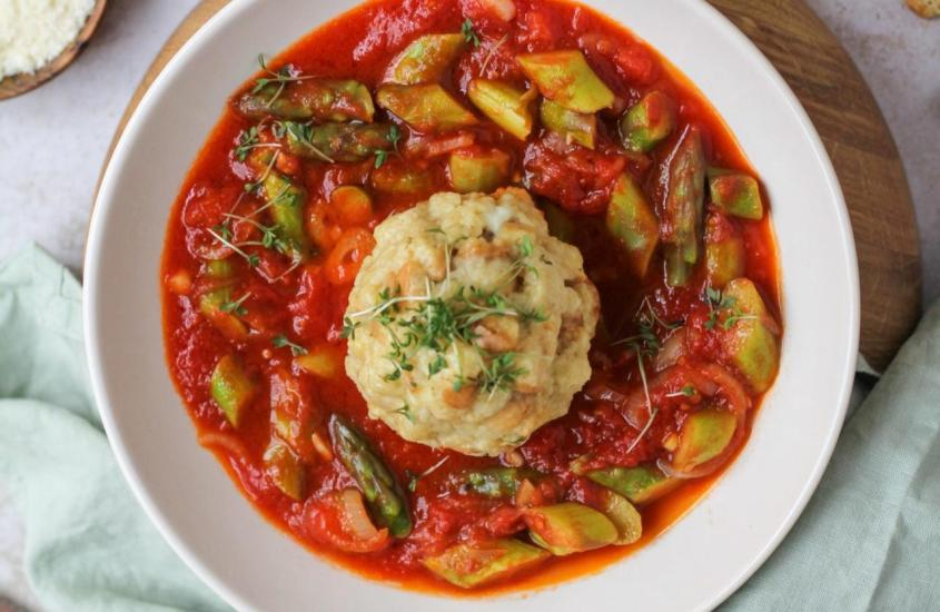 Dinkel Semmelknödel auf Spargel Tomatenragout
