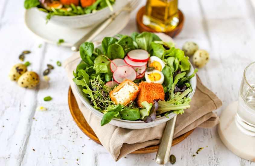 Knusprige Feta-Würfel auf Pflücksalat