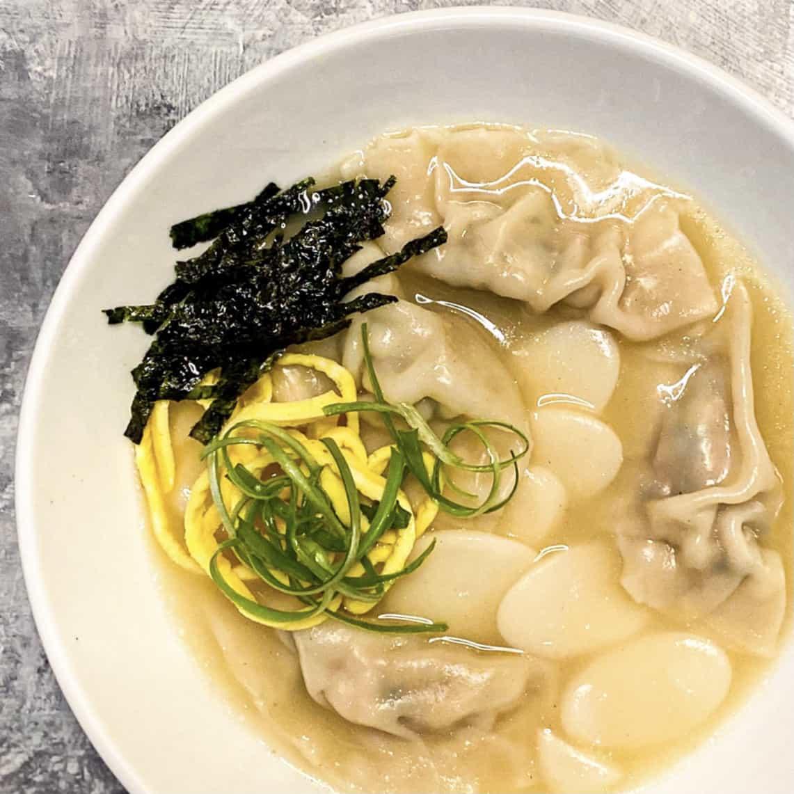 Tteok Mandu Guk 떡만둣국 (Korean Rice Cake and Dumpling Soup)