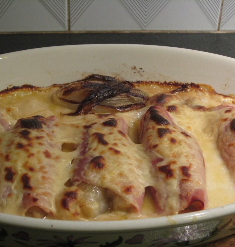 Endivias con jamón york y salsa de queso