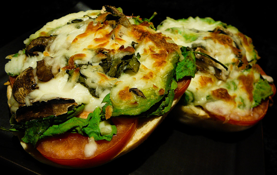 bagel-pizza-served-3