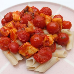Pasta with tomatoes and halloumi