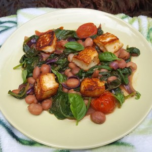 Spinach, beans and halloumi salad