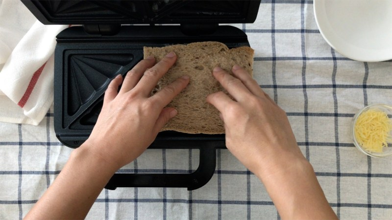 Covering all the stuffings with another piece of brown bread