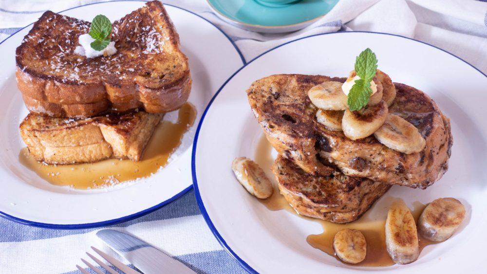椰子法式土司西多士和香蕉花生醬法式土司西多士放在白色碟子裏