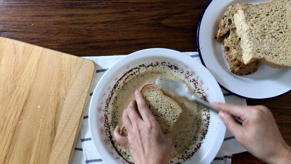 把塗了椰子油和椰絲的麵包沾上蛋槳