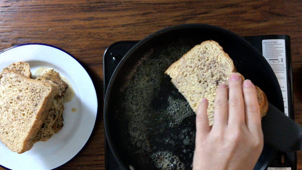 加約一湯匙牛油在鍋裏,起泡後把沾滿蛋汁的麵包放在鍋裏