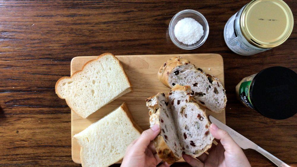 桌子上有兩種不同的麵包,一種是法式提子酥棒包,一種是厚牛油方包。