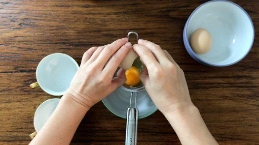 把蛋打在一個篩子裡篩走比較稀的蛋白