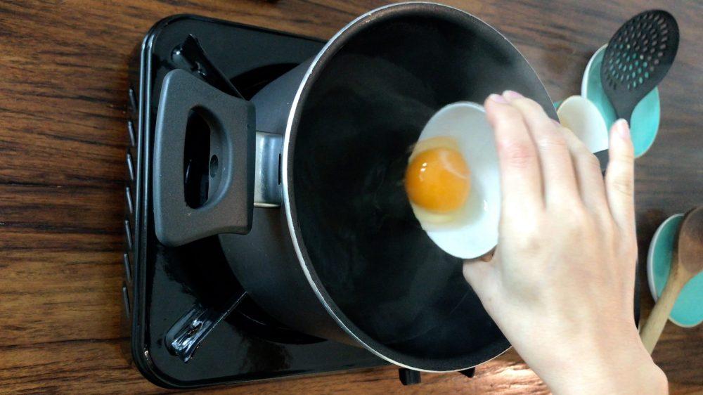 把蛋貼著水面倒進旋渦的正中心。