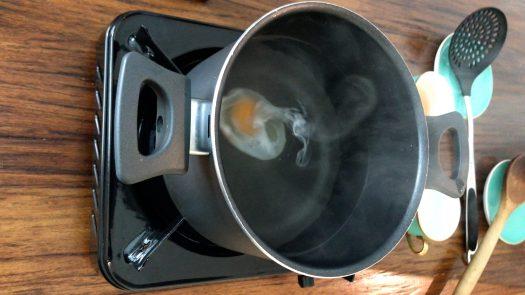 雞蛋在水中形成完美的㮋㘣形水波蛋
