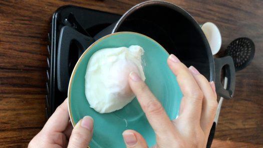 用手指按一下剛煮好的水波蛋,蛋白的觸感像實豆腐,蛋黃像布丁。