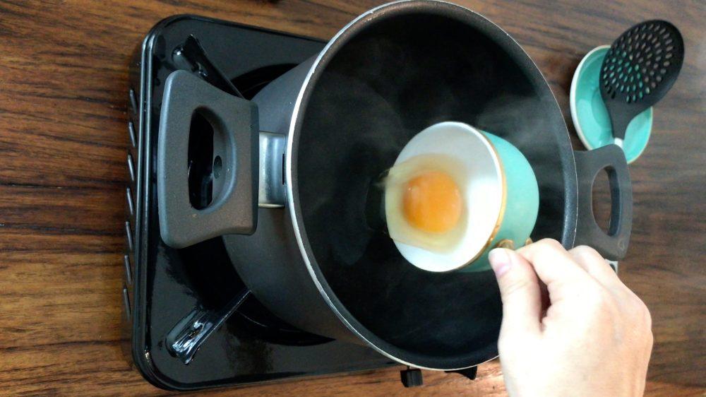 把蛋貼著水面倒入一口深鍋平靜的水中。