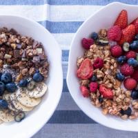 2種希臘乳酪早餐:香蕉巧克力乳酪早餐和漿果乳酪早餐