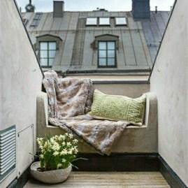 idee-deco-petit-balcon-ville-coussin-canape-confort-dehors