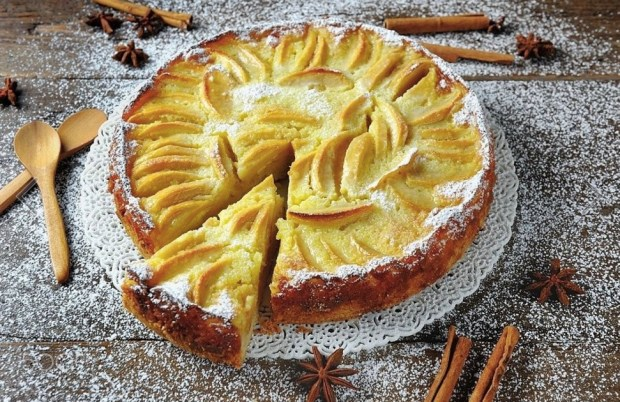 baked-apple-pie-cake-dessert-covered-with-icing-sugar-on-wooden-background