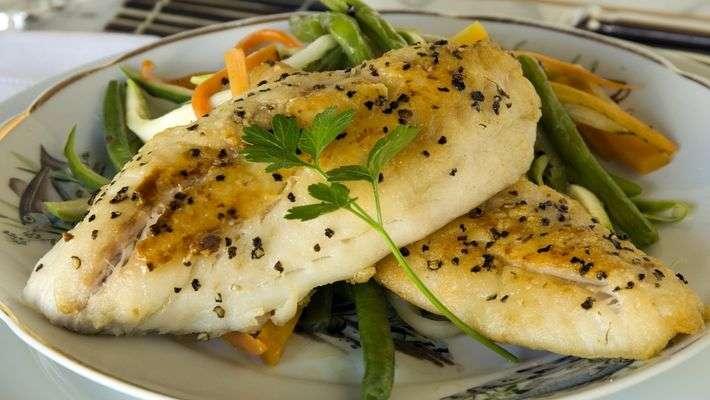 Receita de Peixe grelhado com legumes Julienne