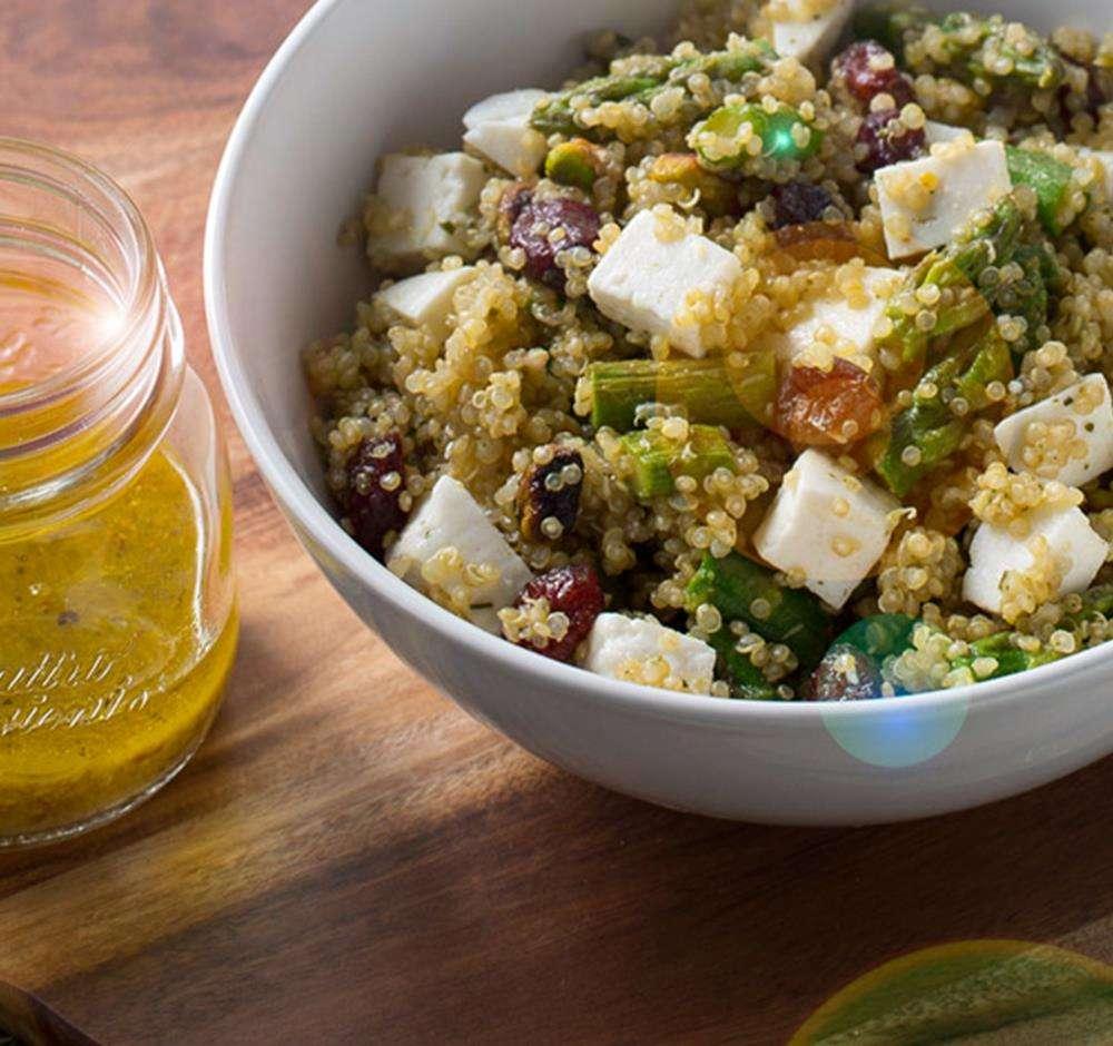 Receita de Salada de quinoa, espargos e queijo feta com vinagreta de mel