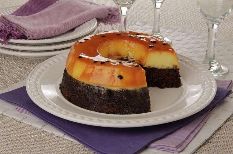Receita de Bolo Pudim de Chocolate com Maracujá