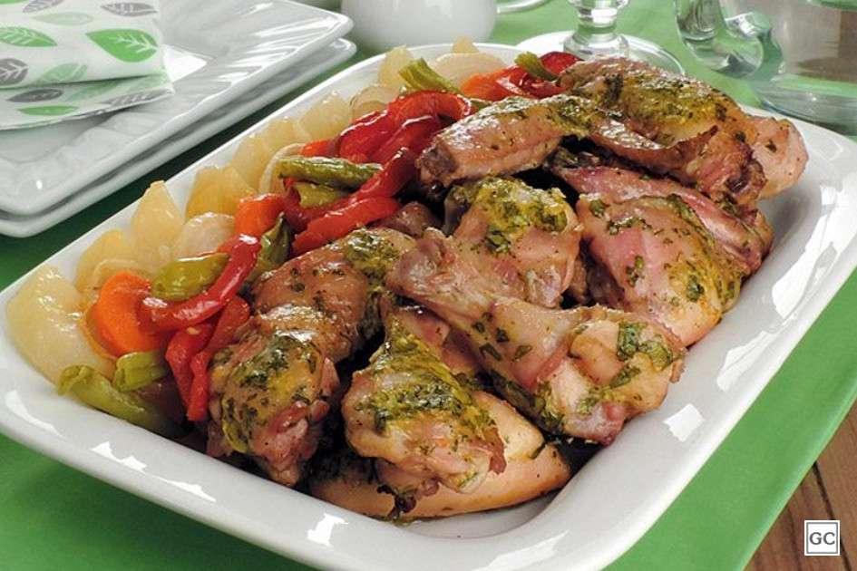 Receita de Frango à passarinho no forno com legumes