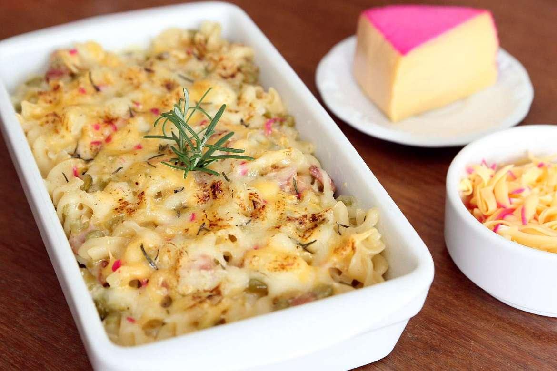 Receita de Macarrão gratinado de queijo, bacon e ervilha