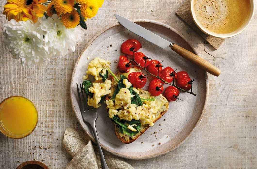 Receita de Ovos Mexidos com Tomates Tostados