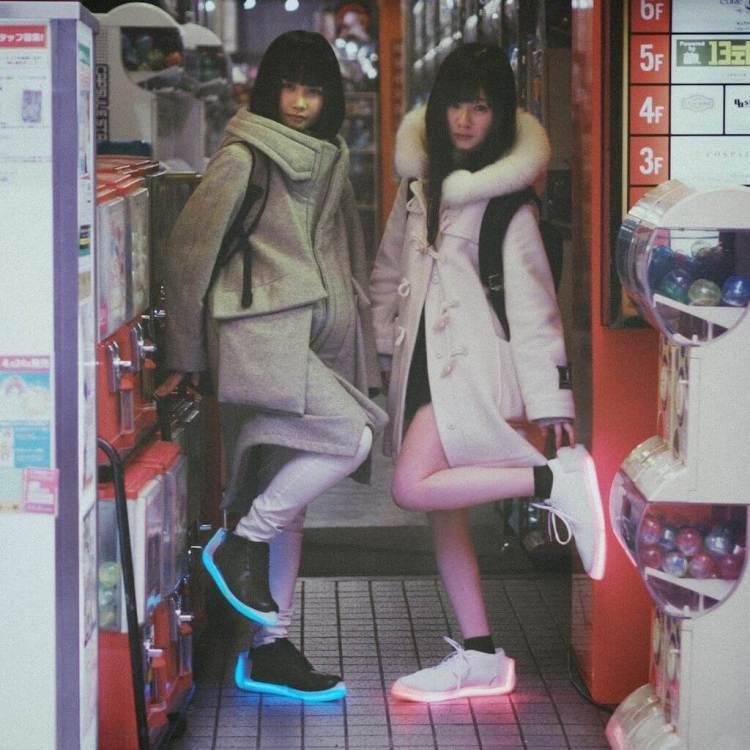 Dos modelos luciendo sus Orphe en Akihabara