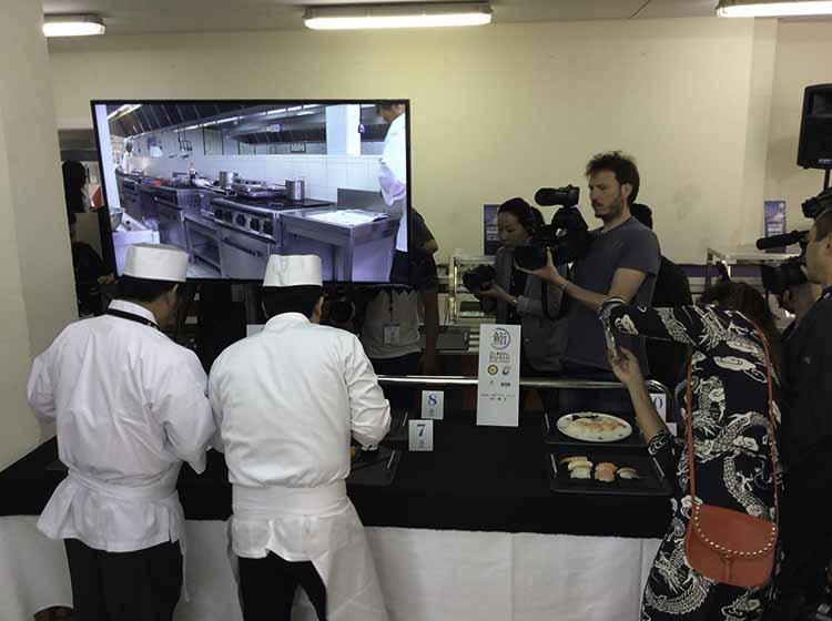 Los dos maestros examinando los platos. Tanto la cocina y como la sala de jurados estaban llenas de periodistas, cámaras e interesados.