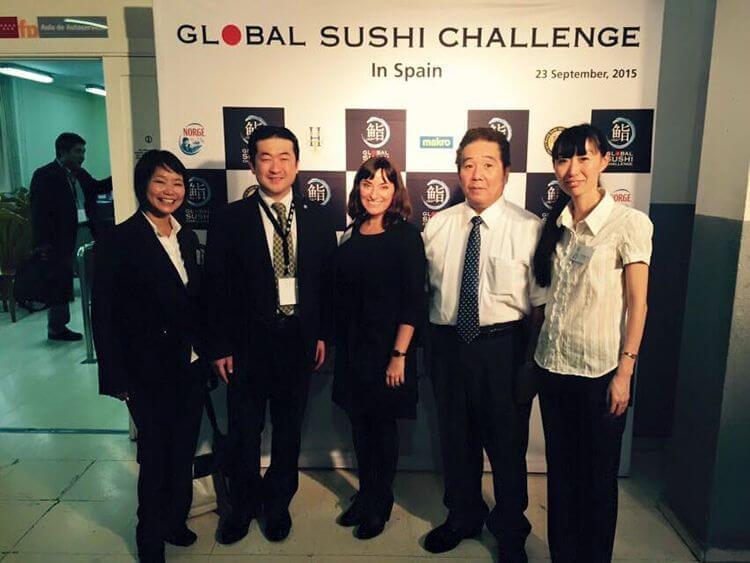 Los dos maestros con el equipo de traducción, la coordinadora de traducción María Ferrer de Traducciones Imposibles (en el centro), la veterana intérprete Yoshiko Takai (a la izquierda) y una servidora (a la derecha).